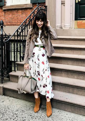 Как и с чем носить: серая замшевая косуха, белое платье-миди с цветочным принтом, табачные замшевые ботильоны, серая кожаная большая сумка