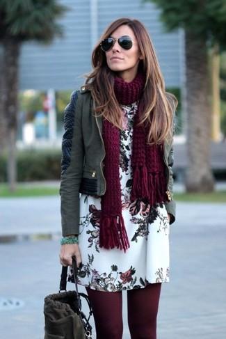 Как и с чем носить: оливковая кожаная косуха, белое платье прямого кроя с цветочным принтом, темно-серая замшевая сумка-мешок, темно-красный вязаный шарф