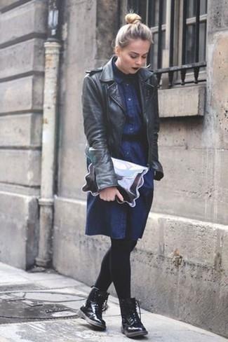 Как и с чем носить: черная кожаная косуха, темно-синее джинсовое платье-рубашка, черные кожаные ботинки на шнуровке, серебряный кожаный клатч