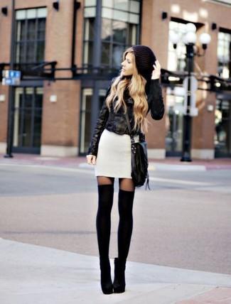 Как и с чем носить: черная кожаная косуха, белое платье-свитер, черные замшевые ботильоны, черные носки до колена