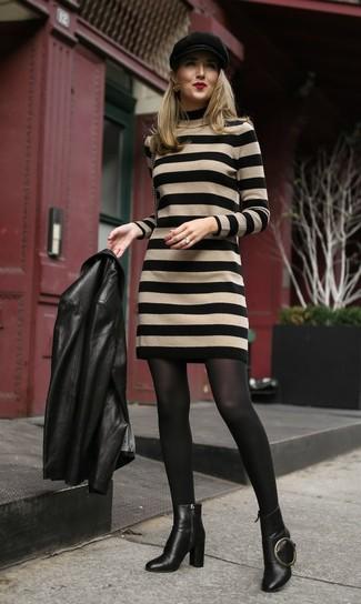 Как и с чем носить: черная кожаная косуха, светло-коричневое платье-свитер в горизонтальную полоску, черные кожаные ботильоны, черная кепка