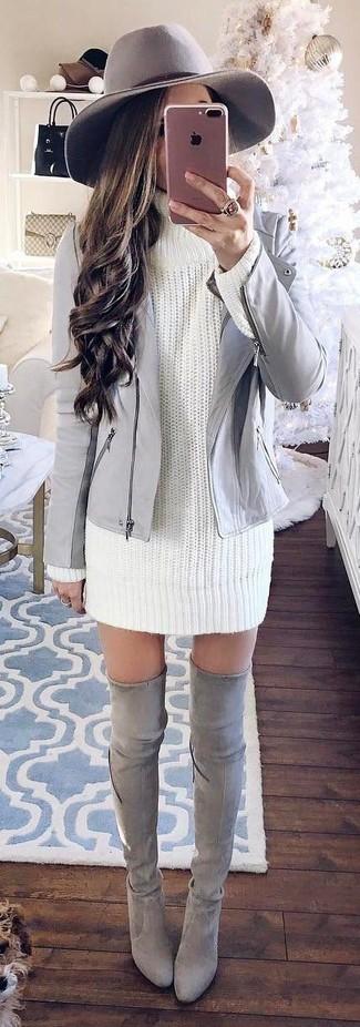 Как и с чем носить: серая кожаная косуха, белое вязаное платье-свитер, серые замшевые ботфорты, серая шерстяная шляпа