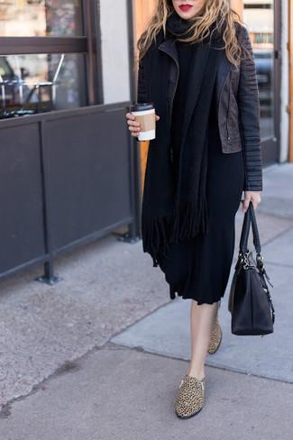 Как и с чем носить: черная кожаная стеганая косуха, черное платье-свитер, светло-коричневые кожаные лоферы с леопардовым принтом, черная кожаная большая сумка