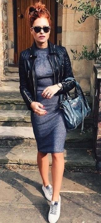Как и с чем носить: черная кожаная стеганая косуха, темно-серое платье-свитер, белые кожаные низкие кеды, черная кожаная большая сумка
