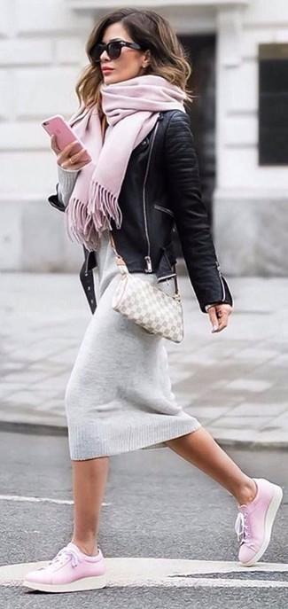 Как и с чем носить: черная кожаная косуха, серое платье-свитер, розовые кожаные низкие кеды, серая кожаная сумка через плечо в клетку