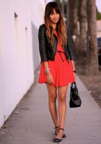 Как и с чем носить: черная кожаная стеганая косуха, красное платье с плиссированной юбкой, черные кожаные балетки, черная кожаная сумка-саквояж