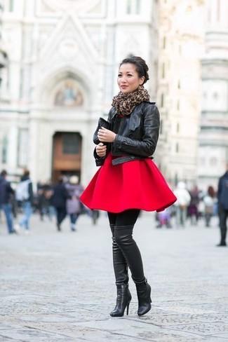 Модный лук: Черная кожаная косуха, Красное платье с плиссированной юбкой, Черные кожаные ботфорты, Черный кожаный клатч