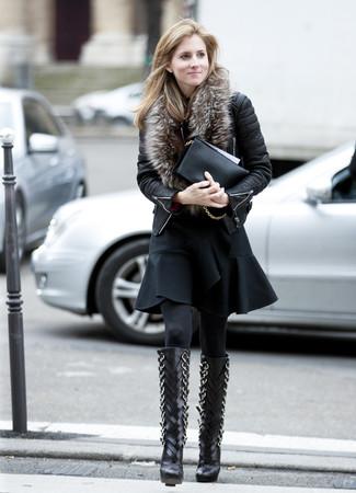 Как и с чем носить: черная кожаная стеганая косуха, черное платье с пышной юбкой с рюшами, черные кожаные сапоги, черный кожаный клатч