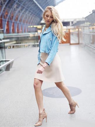 Как и с чем носить: голубая замшевая косуха, бежевое платье-футляр, бежевые кожаные босоножки на каблуке, золотой браслет