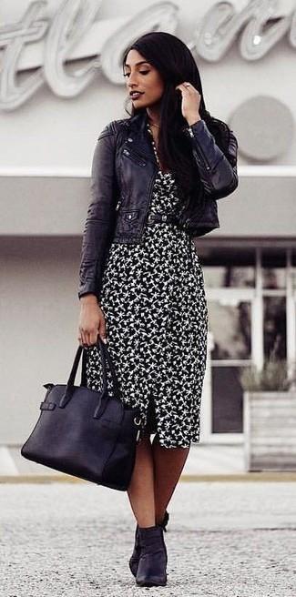 Как и с чем носить: черная кожаная косуха, черно-белое платье-футляр с принтом, черные кожаные ботильоны, черная кожаная большая сумка