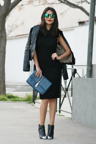 Модный лук: черная кожаная косуха, черное платье-футляр, черные кожаные ботильоны с украшением, темно-синий кожаный клатч