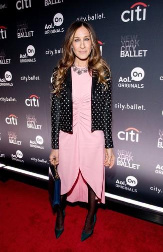 Как Sarah Jessica Parker носит Черная кожаная косуха с шипами, Розовое платье-футляр, Темно-зеленые замшевые туфли, Темно-синий кожаный клатч