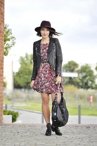 Как и с чем носить: черная кожаная стеганая косуха, красное повседневное платье с цветочным принтом, черные кожаные ботинки челси, черная кожаная большая сумка