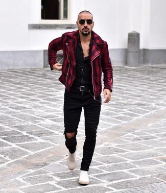 Как и с чем носить: красно-черная косуха в шотландскую клетку, черная рубашка с длинным рукавом, черные рваные зауженные джинсы, белые замшевые ботинки челси