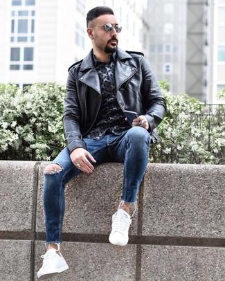 Как и с чем носить: черная кожаная косуха, темно-синяя рубашка с длинным рукавом с принтом, синие рваные зауженные джинсы, белые низкие кеды