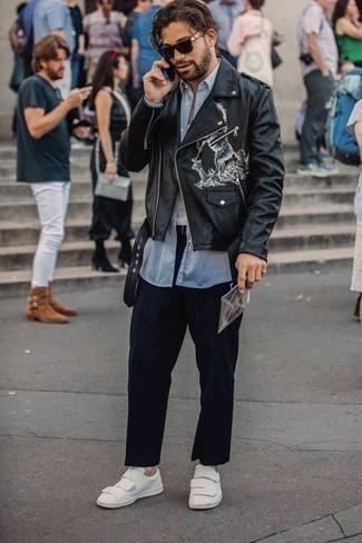 Белые кожаные низкие кеды: с чем носить и как сочетать мужчине: Черная кожаная косуха с принтом и темно-синие брюки чинос надежно закрепились в гардеробе современных джентльменов, позволяя составлять яркие и стильные луки. Белые кожаные низкие кеды станут превосходным завершением твоего ансамбля.