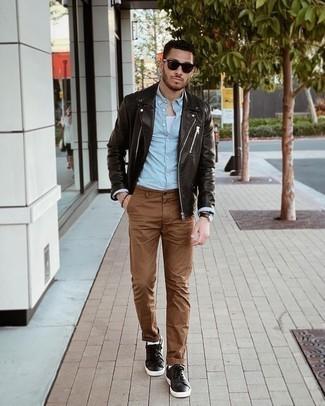 Мужские луки: Темно-коричневая кожаная косуха в паре с коричневыми брюками чинос поможет выразить твой личный стиль и выгодно выделиться из серой массы. В тандеме с этим образом наиболее уместно будут смотреться темно-коричневые кожаные низкие кеды.