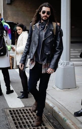 Темно-синяя бандана: с чем носить и как сочетать мужчине: Черная кожаная косуха и темно-синяя бандана — великолепная формула для воплощения привлекательного и незамысловатого лука. Любишь экспериментировать? Закончи ансамбль темно-коричневыми кожаными повседневными ботинками.
