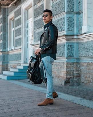 С чем носить коричневые замшевые ботинки челси мужчине: Сочетание черной кожаной косухи и голубых рваных джинсов - самый простой из возможных образов для активного отдыха. Хотел бы добавить в этот образ немного строгости? Тогда в качестве дополнения к этому ансамблю, выбирай коричневые замшевые ботинки челси.