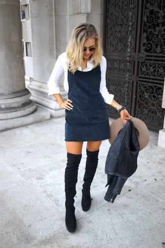 Как и с чем носить: черная кожаная косуха, черный сарафан, белая классическая рубашка, черные замшевые ботфорты