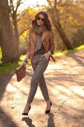 Как и с чем носить: коричневая кожаная косуха, коричневый свитер с круглым вырезом с леопардовым принтом, коричневые брюки-галифе, темно-красные замшевые туфли