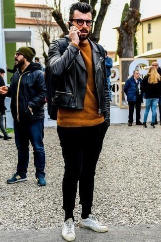 Табачный свитер с круглым вырезом: с чем носить и как сочетать мужчине: Табачный свитер с круглым вырезом и черные брюки чинос — великолепный лук для похода в кино или марафона по городским барам. Ты сможешь легко приспособить такой ансамбль к повседневным нуждам, закончив его белыми кожаными низкими кедами.