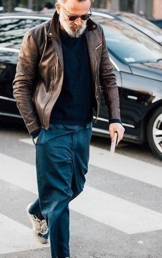 Модные мужские луки 2020 фото: Темно-коричневая кожаная косуха и темно-бирюзовые брюки чинос надежно обосновались в гардеробе современных мужчин, помогая создавать запоминающиеся и практичные образы. Почему бы не привнести в этот образ чуточку легкой небрежности с помощью бежевых кроссовок?