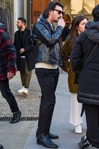Мода для 20-летних мужчин: Черная кожаная косуха и черные брюки чинос — уместное решение и для вечернего свидания с девушкой в кино или кафе, и для похода на выставку с ней же. Не прочь сделать ансамбль немного элегантнее? Тогда в качестве дополнения к этому ансамблю, стоит выбрать черные кожаные ботинки челси.