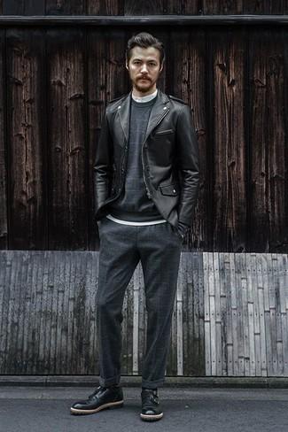 Темно-серый свитер с круглым вырезом: с чем носить и как сочетать мужчине: Темно-серый свитер с круглым вырезом и темно-серые брюки чинос в клетку — must have вещи в арсенале стильного жителя мегаполиса. Хочешь привнести сюда толику строгости? Тогда в качестве дополнения к этому луку, выбери черные кожаные монки с двумя ремешками.