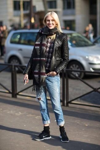 """Как и с чем носить: черная кожаная стеганая косуха, черно-белый свитер с круглым вырезом с рисунком """"гусиные лапки"""", голубые рваные джинсы-бойфренды, черно-белые кроссовки"""