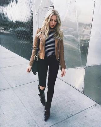 Как и с чем носить: коричневая кожаная косуха, черно-белый свитер с круглым вырезом в горизонтальную полоску, черные рваные джинсы скинни, черные кожаные ботильоны