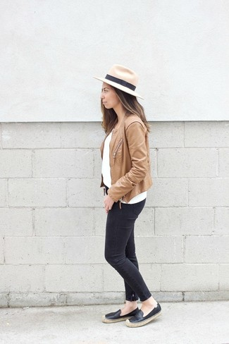 Как и с чем носить: светло-коричневая кожаная косуха, белый свитер с круглым вырезом, черные джинсы скинни, черные кожаные эспадрильи