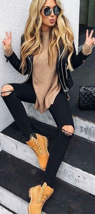 Как и с чем носить: черная кожаная стеганая косуха, светло-коричневый свитер с круглым вырезом, черные рваные джинсы скинни, светло-коричневые ботинки на шнуровке из нубука