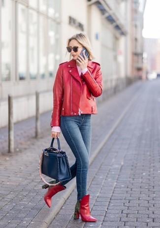 Как и с чем носить: красная кожаная косуха, розовый свитер с круглым вырезом, темно-синие джинсы скинни, красные кожаные ботильоны