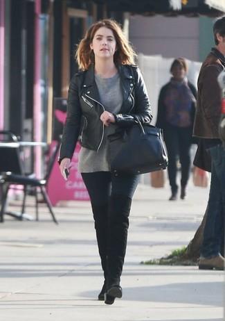 Как и с чем носить: черная кожаная косуха, серый свитер с круглым вырезом, черные джинсы скинни, черные замшевые ботфорты