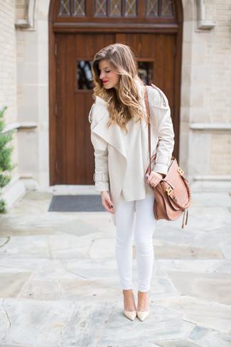 Как и с чем носить: бежевая косуха, бежевый свитер с круглым вырезом, белые джинсы скинни, бежевые кожаные туфли