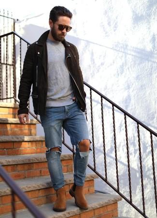 Как и с чем носить: темно-коричневая замшевая косуха, серый свитер с круглым вырезом, синие рваные джинсы, табачные замшевые ботинки челси