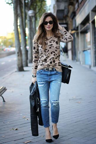 Как и с чем носить: черная кожаная косуха, бежевый свитер с круглым вырезом с леопардовым принтом, синие рваные джинсы, черные замшевые туфли