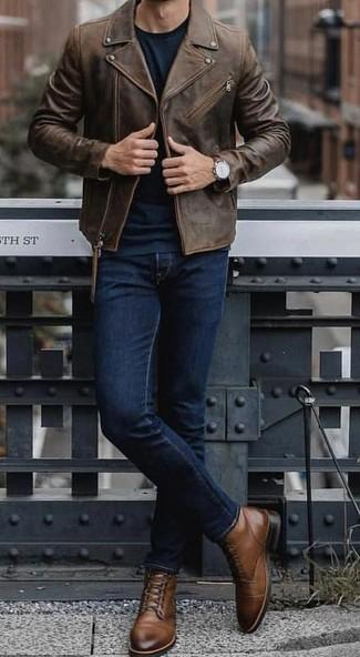 Как и с чем носить: темно-коричневая кожаная косуха, темно-зеленый свитер с круглым вырезом, темно-синие джинсы, коричневые кожаные повседневные ботинки