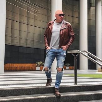 Как и с чем носить: коричневая кожаная косуха, серый свитер с круглым вырезом, синие рваные джинсы, коричневые кожаные повседневные ботинки