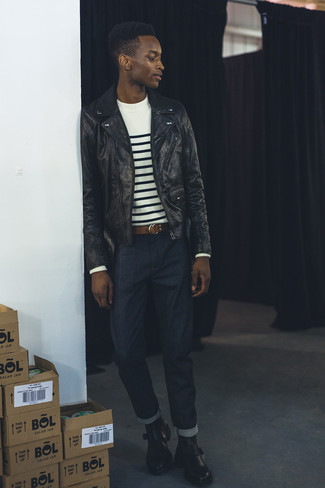 Как и с чем носить: черная кожаная косуха, бело-черный свитер с круглым вырезом в горизонтальную полоску, темно-синие джинсы, черные кожаные ботинки челси