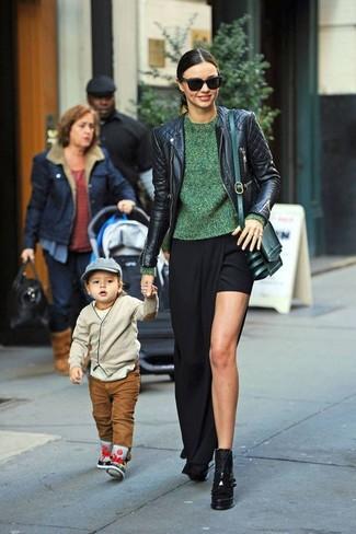 Как Miranda Kerr носит Черная кожаная стеганая косуха, Зеленый свитер с круглым вырезом, Черная длинная юбка с разрезом, Черные кожаные массивные ботильоны
