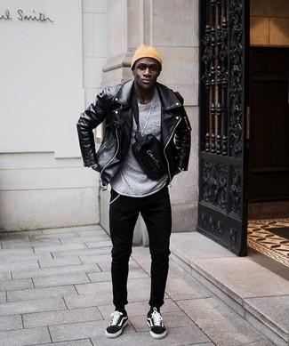 Как и с чем носить: черная кожаная косуха, серый свитер с круглым вырезом, черные зауженные джинсы, черные замшевые низкие кеды