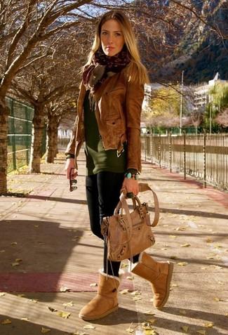Как и с чем носить: коричневая кожаная косуха, оливковый свитер с круглым вырезом, черные леггинсы, светло-коричневые угги