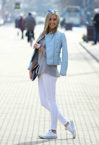 Как и с чем носить: голубая кожаная стеганая косуха, серый свитер с круглым вырезом, белые леггинсы, белые низкие кеды