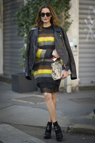 Как и с чем носить: черная кожаная косуха, разноцветный свитер с круглым вырезом из мохера в горизонтальную полоску, черное кружевное платье-футляр, черные кожаные туфли