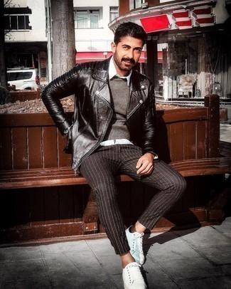 Мужские луки: Черная кожаная стеганая косуха и черные брюки чинос в вертикальную полоску будет классной идеей для расслабленного повседневного образа. Пара белых низких кед из плотной ткани поможет сделать образ более целостным.