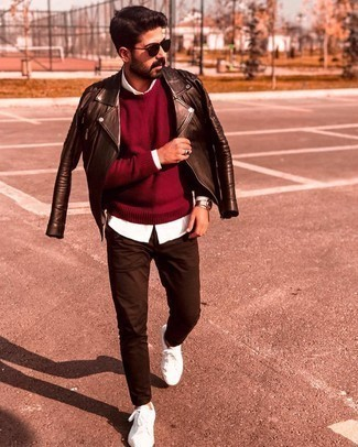 Мужские луки в стиле кэжуал: Темно-красный свитер с круглым вырезом и темно-коричневые брюки чинос — хороший выбор, если ты хочешь создать лёгкий, но в то же время модный мужской образ.
