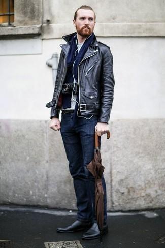 Черные кожаные ботинки челси: с чем носить и как сочетать мужчине: Удобное сочетание черной кожаной косухи и темно-синих джинсов однозначно будет привлекать взоры красивых девушек. Хочешь сделать образ немного строже? Тогда в качестве дополнения к этому ансамблю, стоит выбрать черные кожаные ботинки челси.