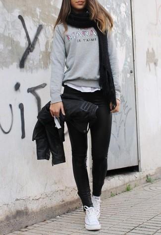 Как и с чем носить: черная кожаная косуха, серый свитер с круглым вырезом с принтом, белая футболка с круглым вырезом, черные кожаные леггинсы